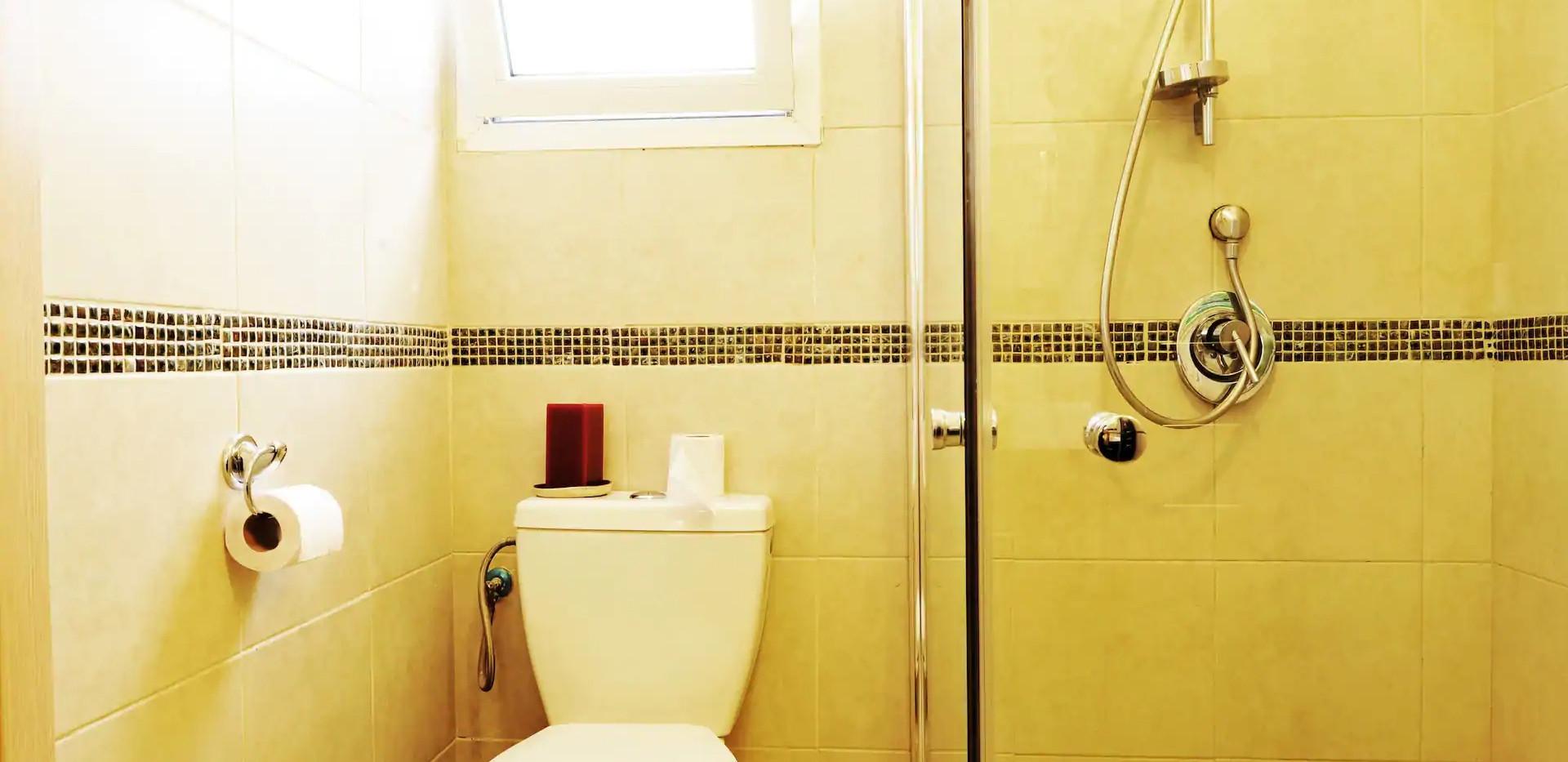 חדר רחצה מובנה בחדר שינה זוגי, קומה תחתונה. An onsuite shower room,ground floor