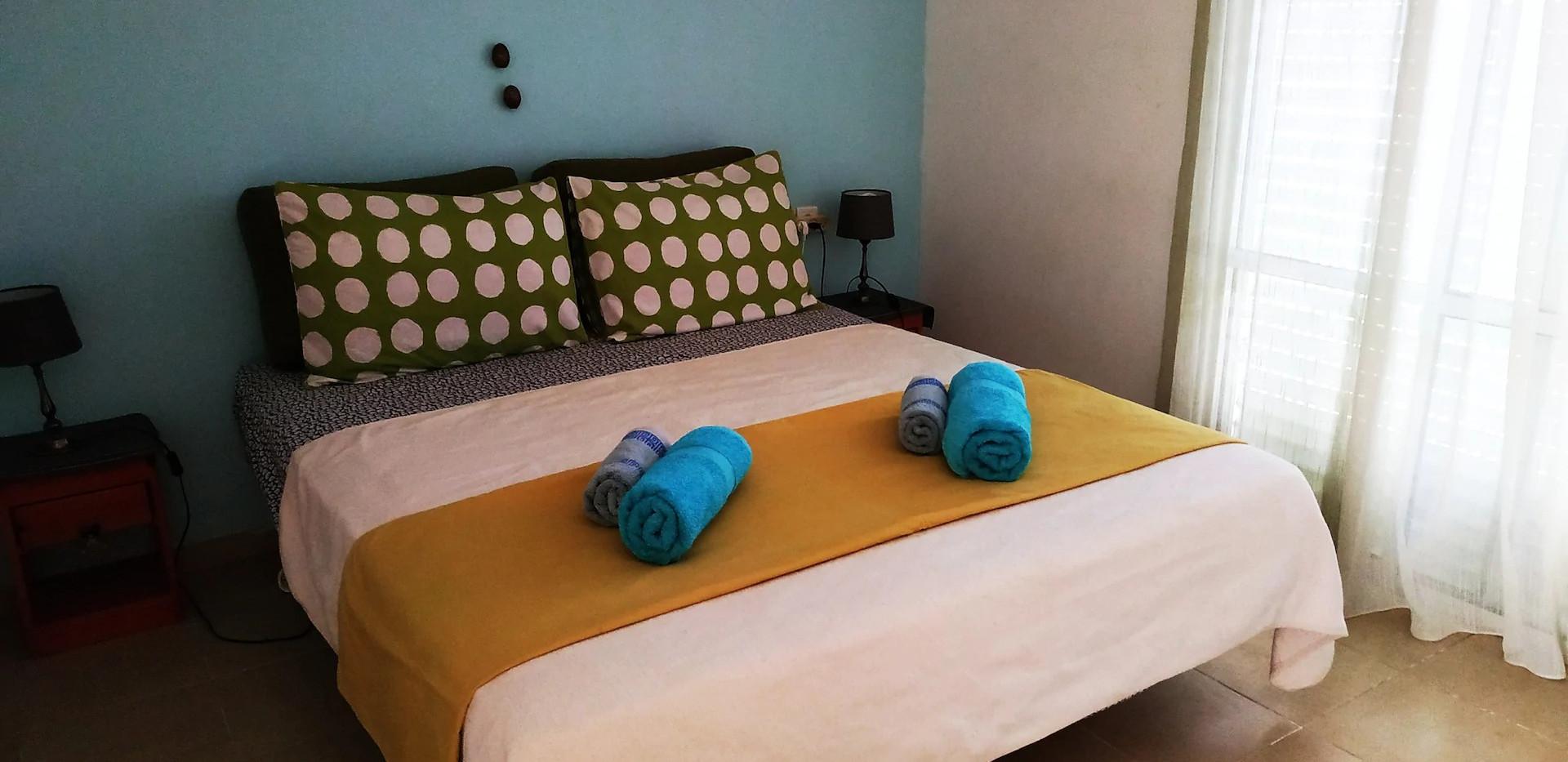 קיץ.חדר זוגי ממוזג בקומה העליונה Summer.An airconditioned double bedroom on the upper floor.