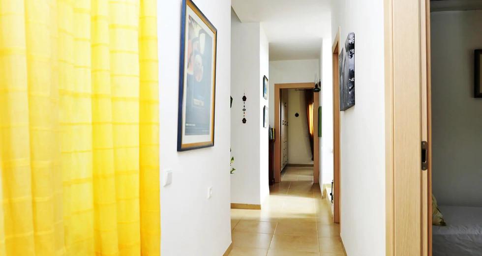 המסדרון בקומה התחתונה. The corridor on the ground floor