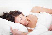 mulher-morena-calma-dormindo-na-parte-da