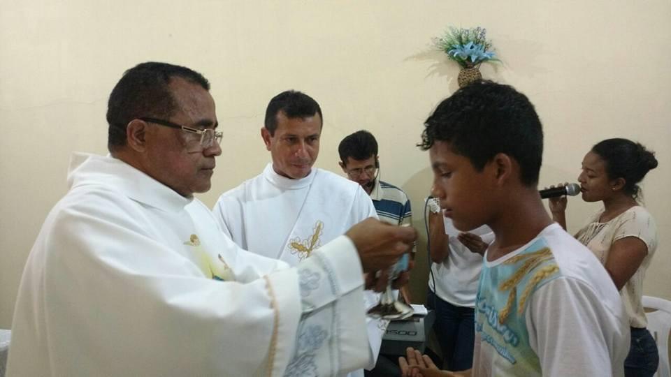 Padre Eudo Ferreira, assistido pelo diácono Werley Leite, institui sacramento a adolescente