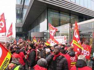Massy : 300 manifestants devant le siège de Carrefour France