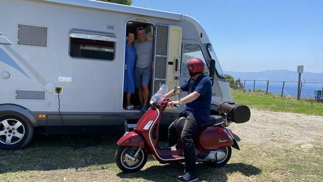 Hermann Weiskopf con il dott. Alessandro Minocci e sua moglie Monica Carcano a Scilla in Calabria