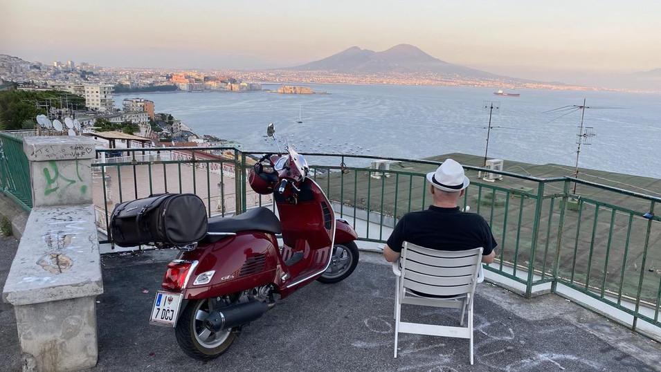 Il golfo di Napoli con Hermann e la sua Vespa
