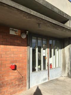 Porte d'entrée du bâtiment.