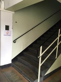 Prenez l'escalier à droite juste après l'entrée.