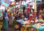 Auf dem Mysore Market in Indien nach Kräutern und Gewürzen suchen