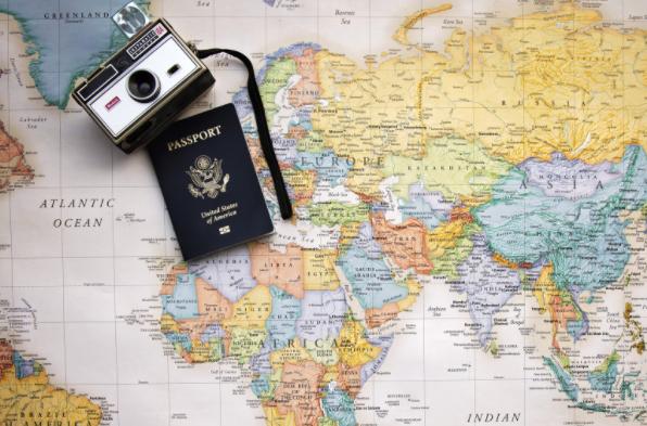 世界地図とパスポートとカメラ