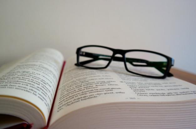 英語テキストと眼鏡