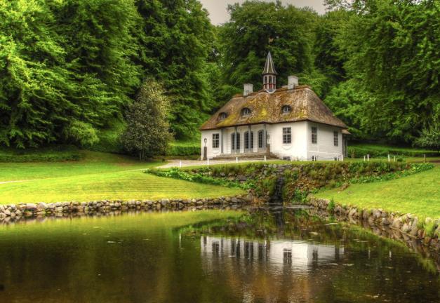 自然の中に立つ北欧風の建物