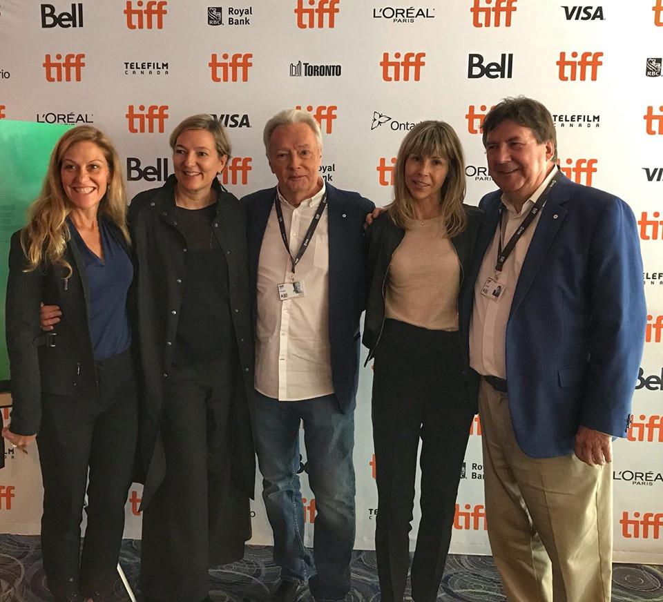 (de gauche à droite) Les productrices Nathalie Bissonnette et Ginette Petit, l'acteur Gilbert Sicotte, la réalisatrice Louise Archambault, et l'acteur Rémy Girard