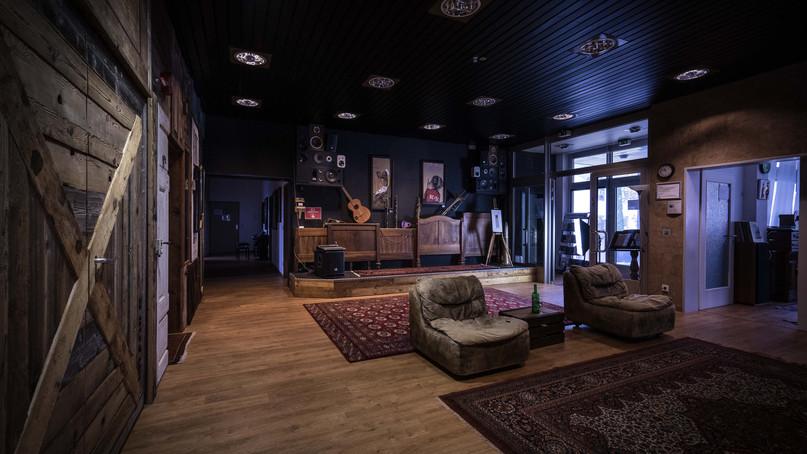 musiclab Emmendingen  Upcycling-Projekt mit Landhaus-Türen und gebürstetem Altholz
