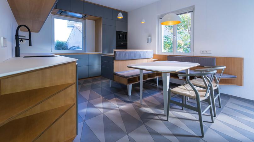 Küche S-35  Freiburg Herdern  Materialien: Fronten grau lackiert, Multiplex Buche furniert, Stahl pulverbeschichtet mit Küchenarbeitsplatte aus Keramik