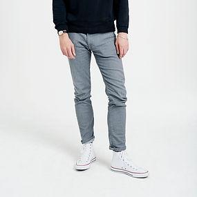 Homem nas calças de brim