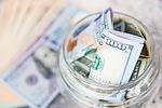 Billete de un dólar en el tarro