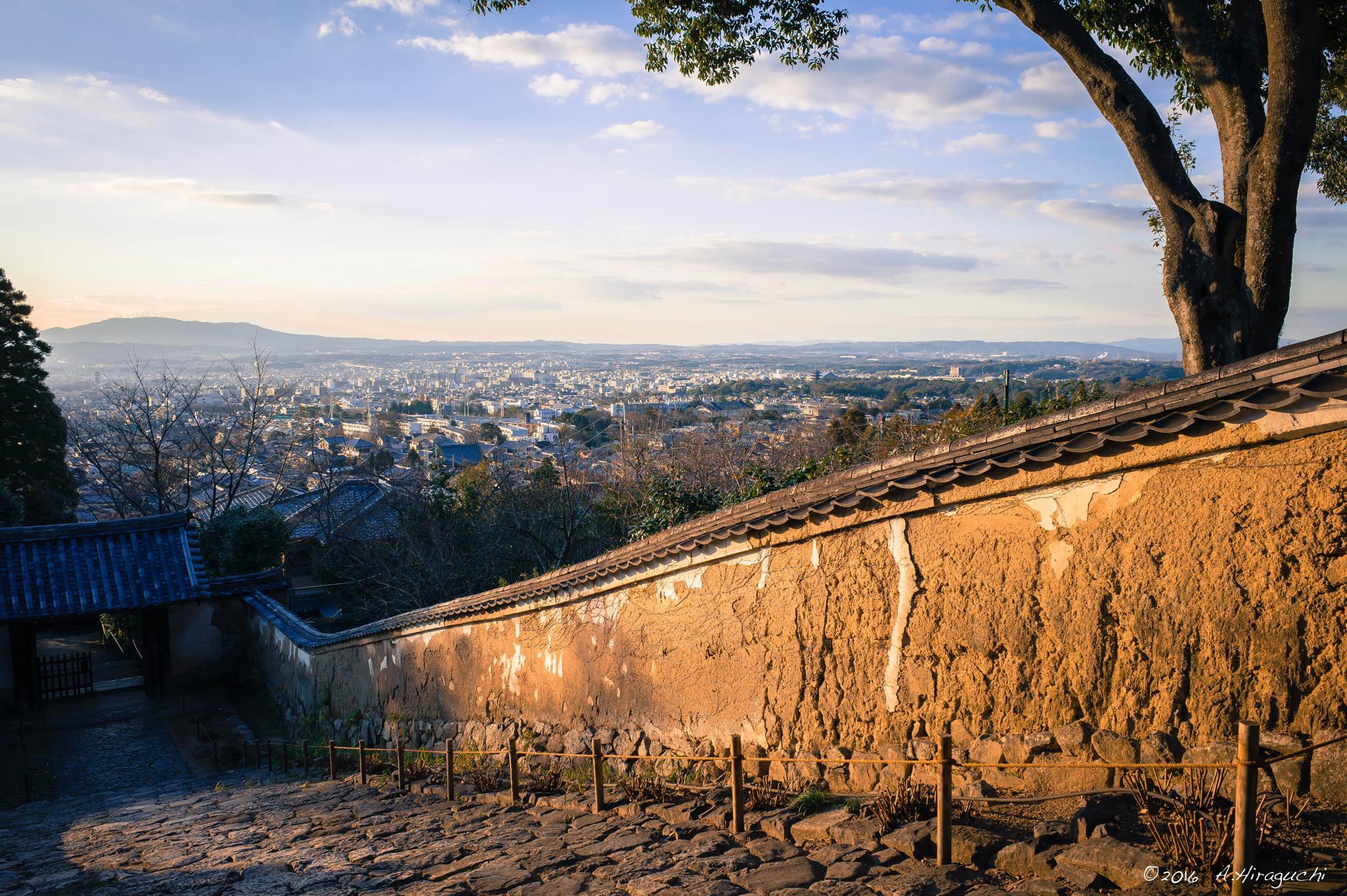 夕日に光る土塀