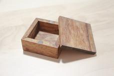 Keepsake box with magnetic lid