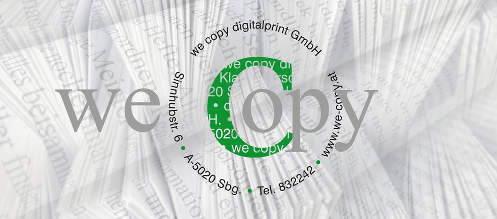 sortierte Papierstapel, Schrift die darüberläuft, im Vordergrund das Logo we copy