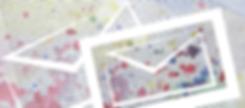 beschriebenes Papier, darauf Farbspritzer in rot und blau darüber ein gezeichnetes Kuvert in weiß