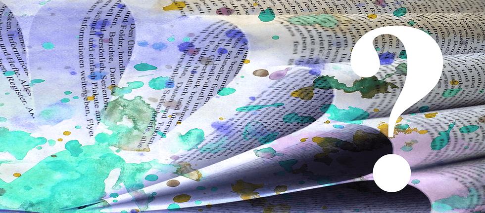 Ein Buch aufgeblättert, Schrift läuft über die gebogenen Seiten,  darüber Farbspritzer in blau und türkis, darüber ein weisses Fragezeichen