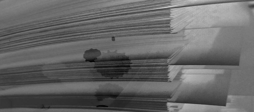 Papierstapel mit Registerblättern in grau, darüber gezeichnet eine Sonne, ein Fotoapparat und ein Kuvert in weiß.