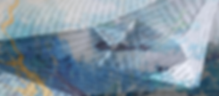 gefalltetes Papierschiff mit blauen Farbspritzern