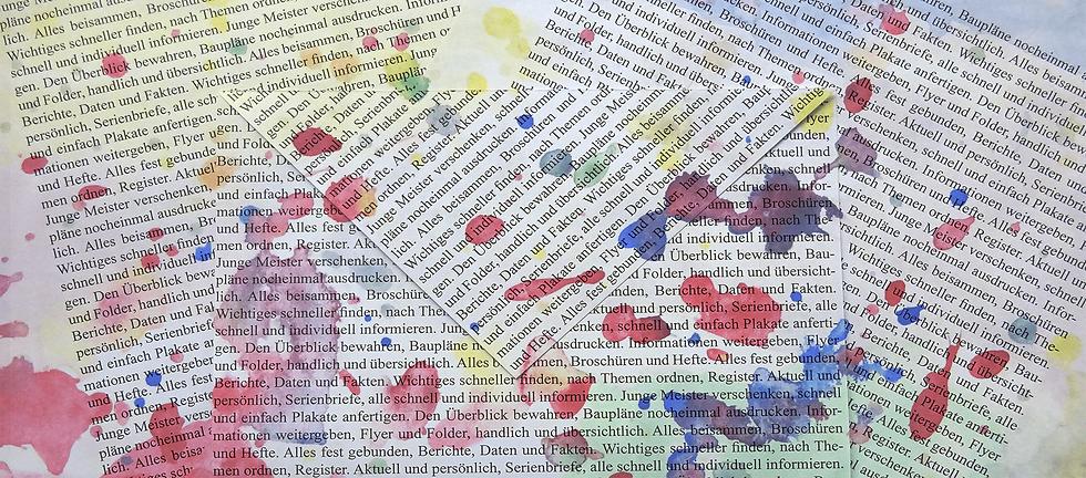 beschriebenes Papier, darauf Farbspritzer in rot und blau