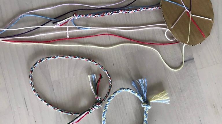 【ママ部】段ボール編み機でミサンガを編もう!