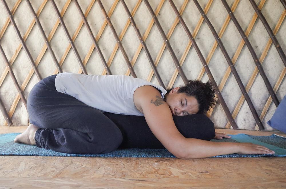 Posture de l'enfant en yin yoga.
