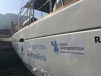 Logos des partenaires de l'expédition 2019 SEA Plastics sur la coque de leur voilier