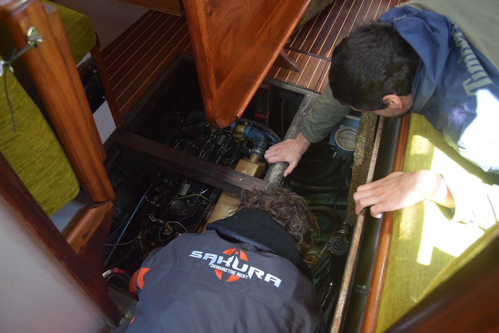 Réparation du moteur du voilier SEA Plastics 2 heures après le départ