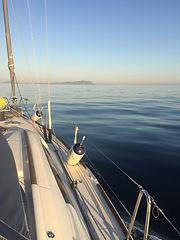 Voilier avec mer calme