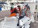 Explication de l'utilisation du filet fermant à des scolaires au port du Cap d'Ail par l'association SEA Plastics