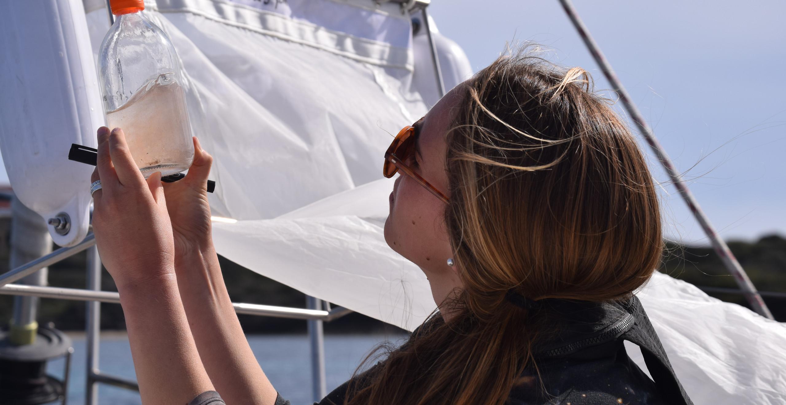 Premier échantillon d'eau et microplastiques collecté à Porquerolles par l'association SEA Plastics