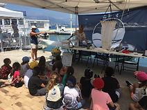 Sensibilisation de scolaires à la pollution plastique par l'équipage SEA Plastics lors des journées Rades Bleues à Toulon