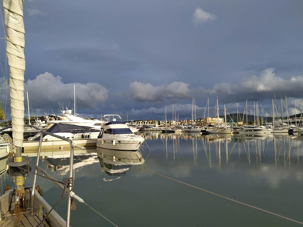 Port Vauban à Antibes avec vue sur la centre historique d'Antibes