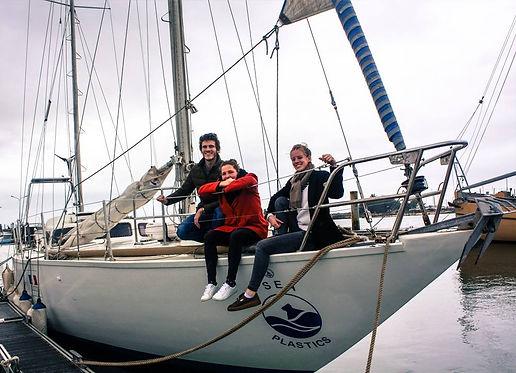 Equipe de l'expédition SEA Plastics 2019 sur leu voilier d'échantillonnage pour les microplastiques en Méditerranée
