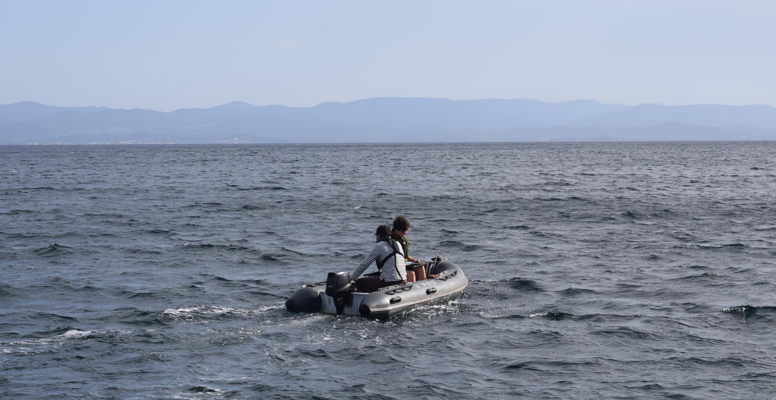 Test d'échantillonnage scientifique de microplastiques avec le filet manta dans la Baie du Langoustier à Porquerolles