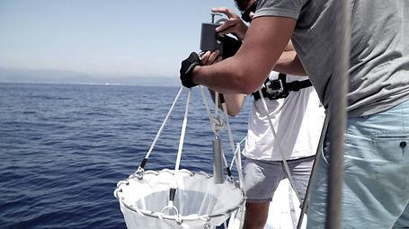 Filet fermant WP2 remontée sur le pont du voilier suite à un échantillonnage pour évaluer la pollution plastique en mer Méditerranée