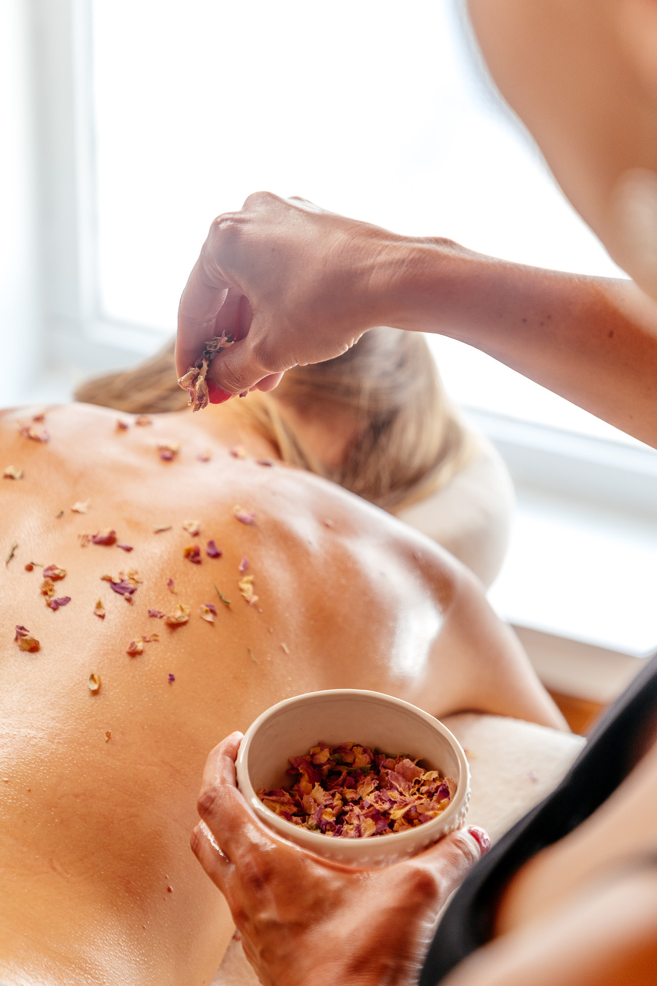 Massage du dos aux huiles florales