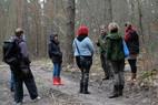 Waldbesitzer Graf Schwerin steht den Exkursionsteilnehmern Rede und Antwort zum Thema Wolf.