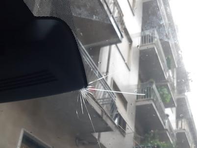 Auto bollata dalla grandine: che cosa fa il tirabolli per ripristinare il danno senza riverniciare
