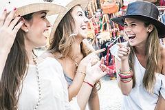 les filles portant des chapeaux