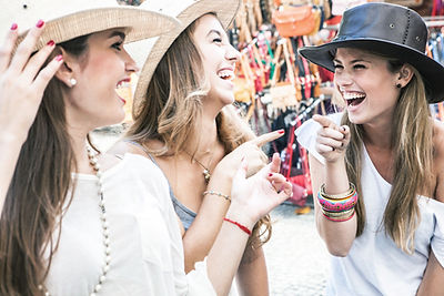 meninas usando chapéus