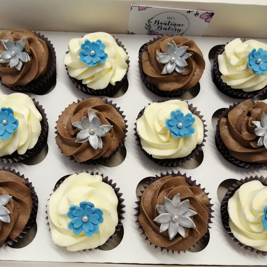 Blue & silver flower cupcakes