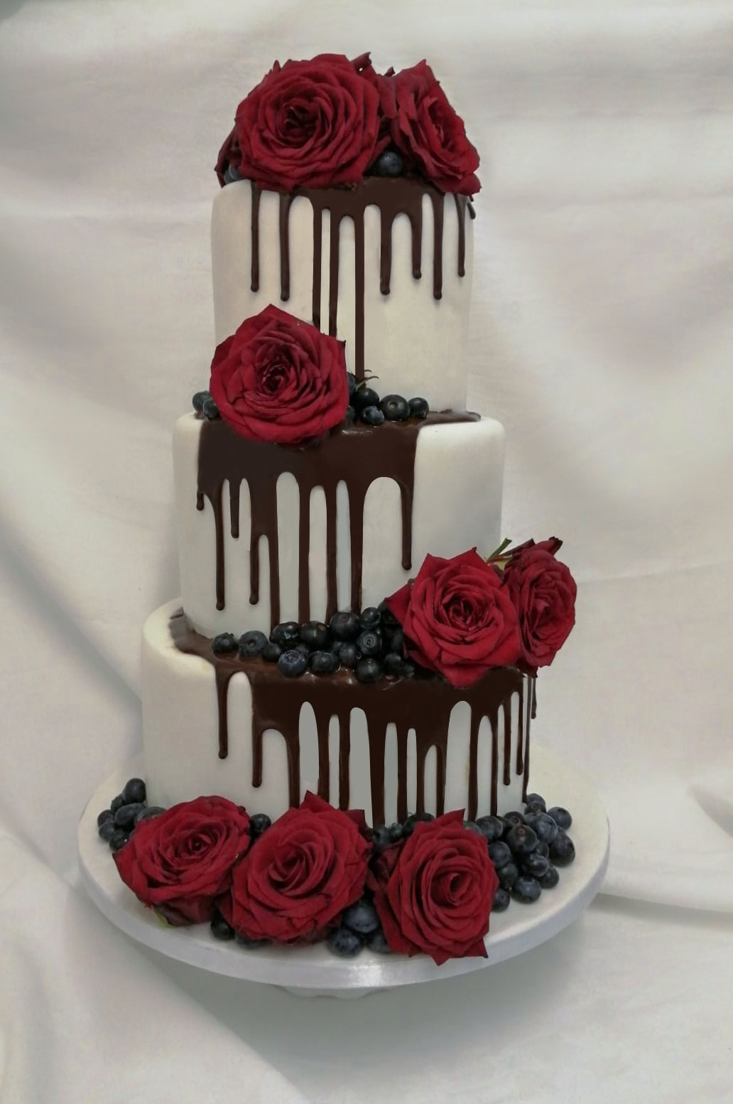 chocolate drip & red roses wedding cake