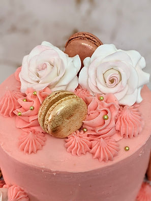 buttercream cake with sugar roses & maca