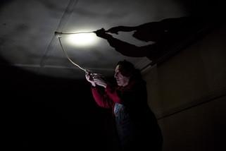 Dans la chambre de Darren, au premier étage, Rose, 60 ans, la soeur jumelle d'Yvette, a été demandée pour changer une ampoule.  Mai 2017.