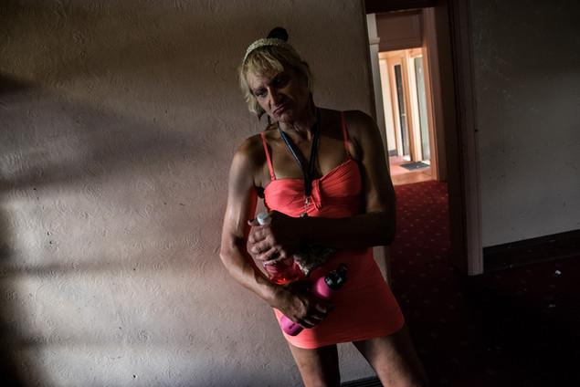 Jennifer, transsexuel, 57 ans, «ancien membre des forces spéciales», a commencé à se prostituer à l'âge de 22 ans. Elle travaille à Saint-Kilda. Elle n'habite pas au Gatwick, mais y passe tous les jours pour discuter, se reposer, pour prendre de la drogue aussi. C'est son «Hotel Chaos», elle précise «Cool Hotel Chaos».  Mars 2017.