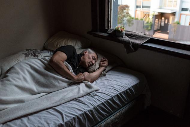 Pierro, 56 ans, un an au Gatwick, son «paradis». Sa chambre est impeccable, il le dit lui-même «je suis un maniaque de la propreté». «Les gens à cause de la crystal meth. sont toujours éveillés. Comme je suis insomniaque, j'ai toujours quelqu'un avec qui discuter.»  Relogé à Forest Hill par les services sociaux, il a trouvé l'endroit «ennuyeux» et a décidé de retourner au Gatwick. Il s'est blessé à la main, en sautant devant un train.  Avril 2017.